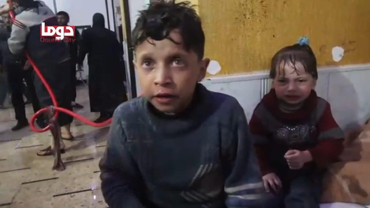 شاهد.. فيديوهات لمجموعات سورية تظهر هجوماً كيماوياً على دوما