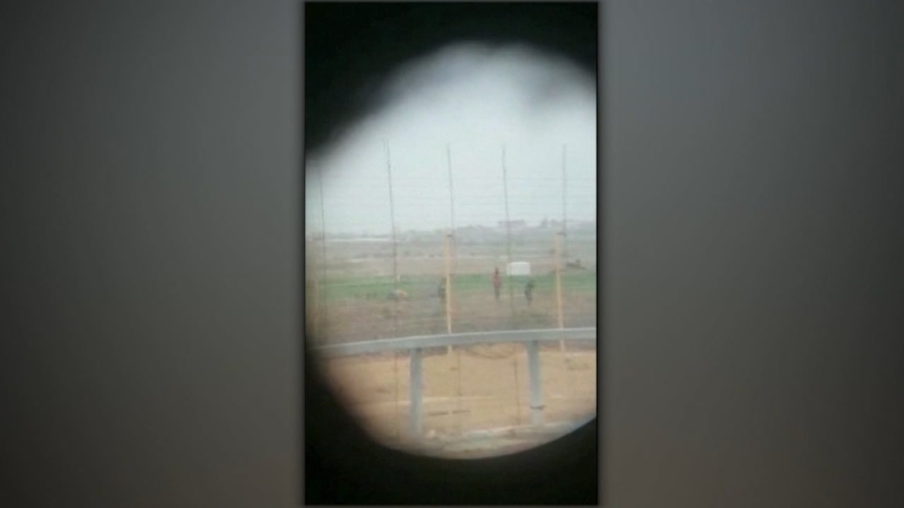 قناصة إسرائيليون يستهدفون فلسطينيين عزّل.. وليبرمان يشيد