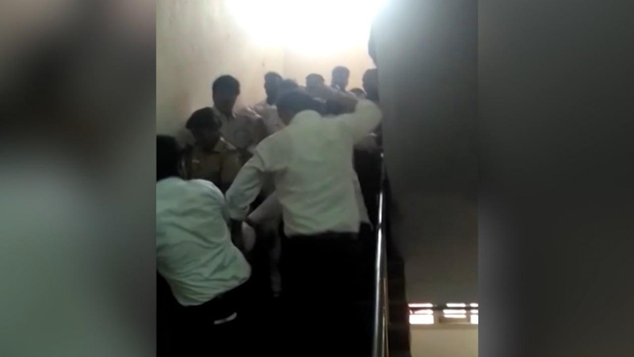 شاهد.. أهل الفتاة الهندية المغتصبة يهاجمون المغتصبين