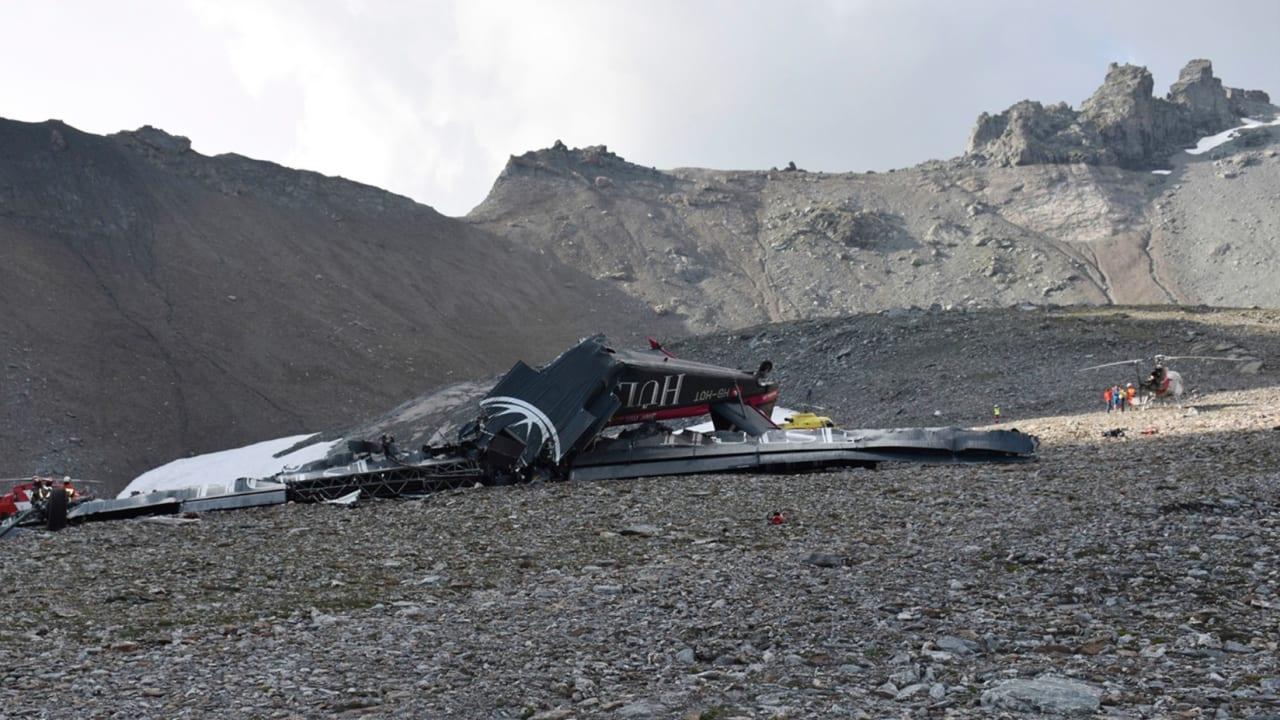 شاهد.. مقتل 20 شخصا في تحطم طائرة بسويسرا