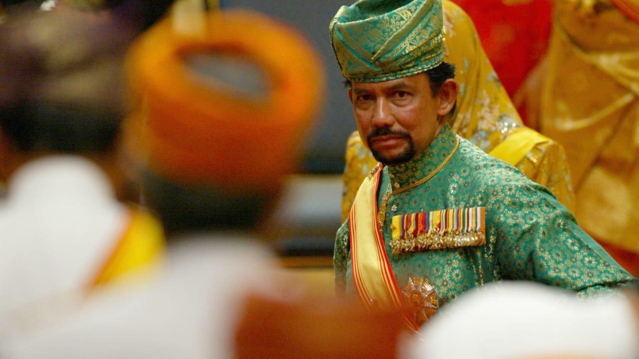 """""""تطبيق الشرع"""" في بروناي.. هل تذكرون ما قاله العريفي وفتاة أمريكية قالت لـCNN إنها """"عشيقة"""" السلطان؟"""