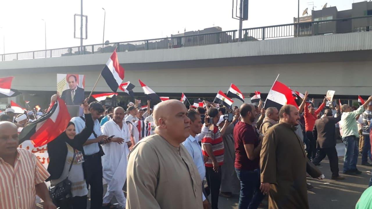 آلاف المصريين يحتشدون أمام المنصة تأييدا للسيسي