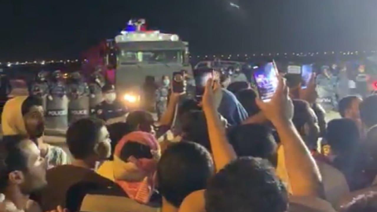 """احتجاج في معسكر إيواء للعمالة الوافدة بالكويت.. ومصريون: """"قاعدين لحد ما ييجي السفير"""""""