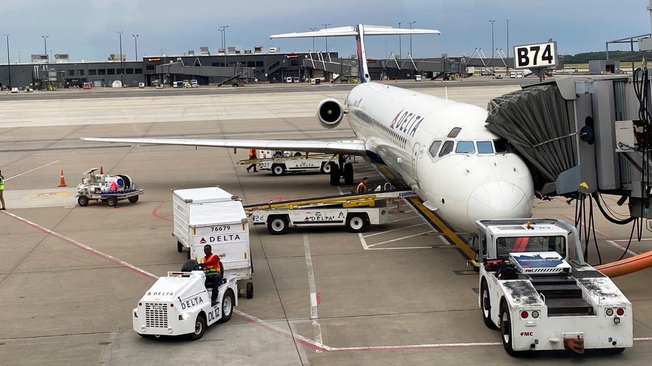 """عشاق الطائرات يودعون طائرة """"الكلب المسعور"""" في آخر رحلاتها لشركة دلتا"""