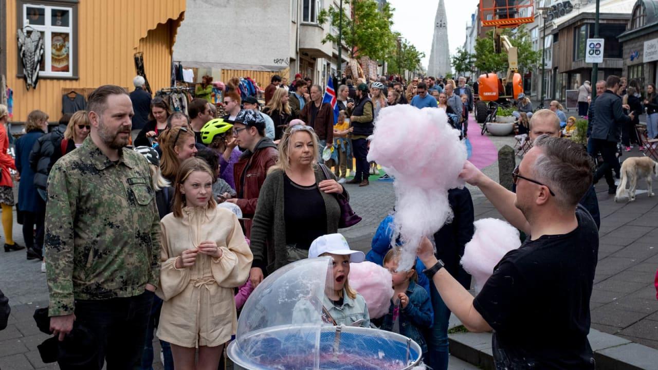 كأنه عالم موازي.. ستُشعرك شوارع أيسلندا المزدحمة أن فيروس كورونا لم يحدث قط