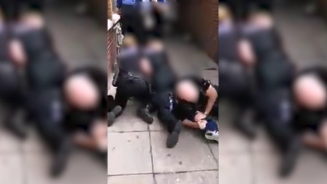 """ضباط شرطة بريطانيون يخضعون للتحقيق بعد وفاة رجل أسود ردد """"لا أستطيع التنفس"""""""
