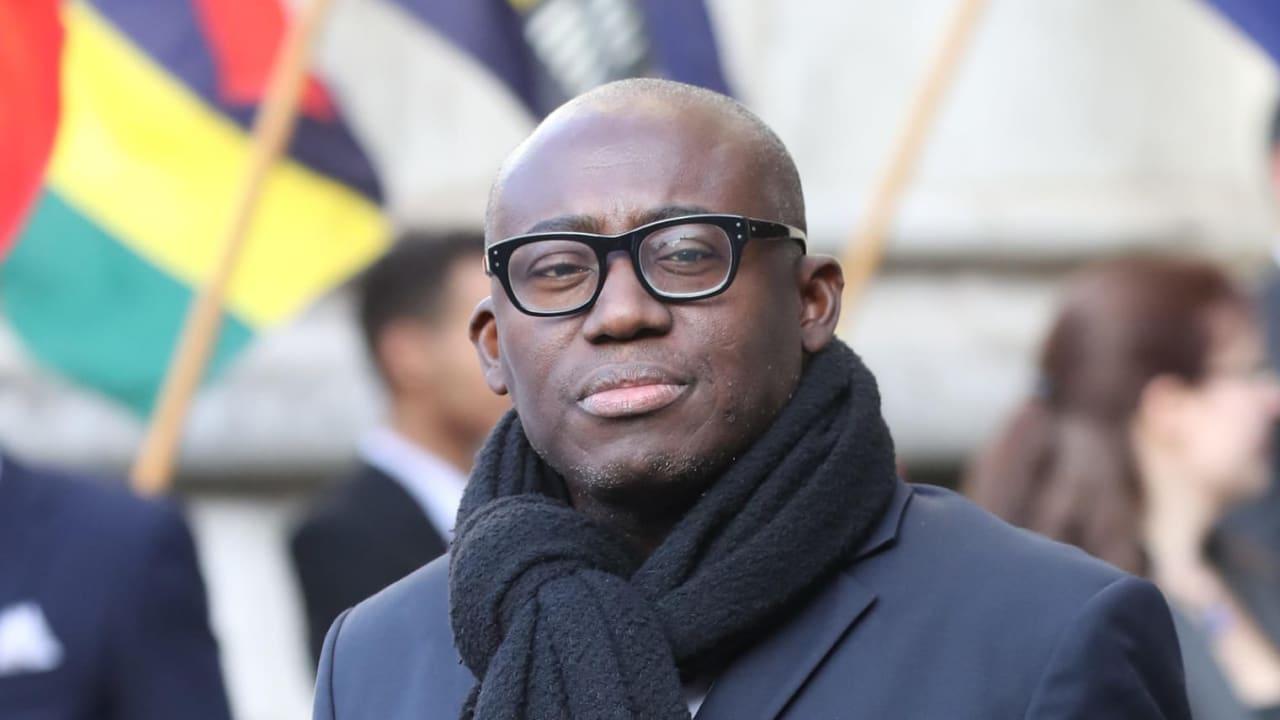 """رئيس تحرير مجلة """"فوغ"""" البريطانية يتعرض لتصنيف عنصري من حارس أمن"""