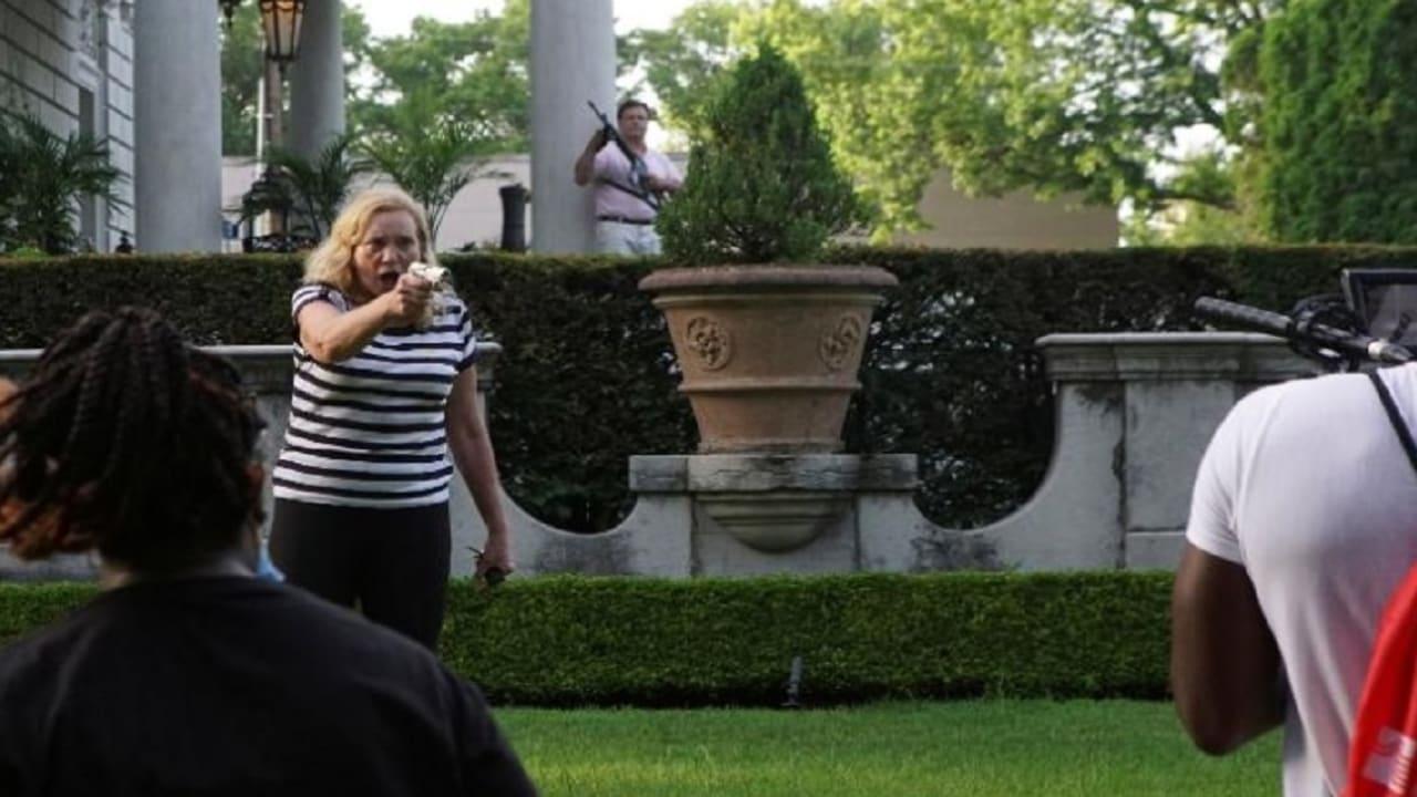 أمريكي وزوجته يواجهان اتهامات بعد تلويحهما بالسلاح في وجه متظاهري جورج فلويد