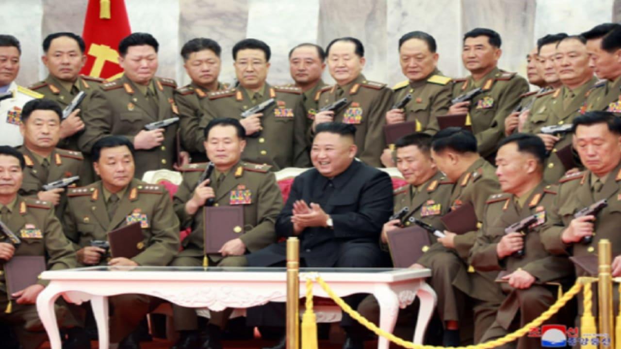 كيم جونغ أون يهدي جنرالات جيشه مسدسات تذكارية في ذكرى هدنة الحرب الكورية
