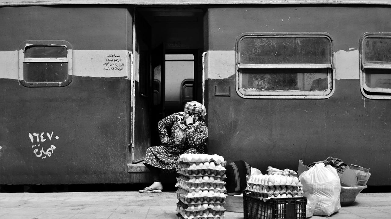 بالأبيض والأسود.. حياة المصريين اليومية في أقدم محطة قطار بالشرق الأوسط