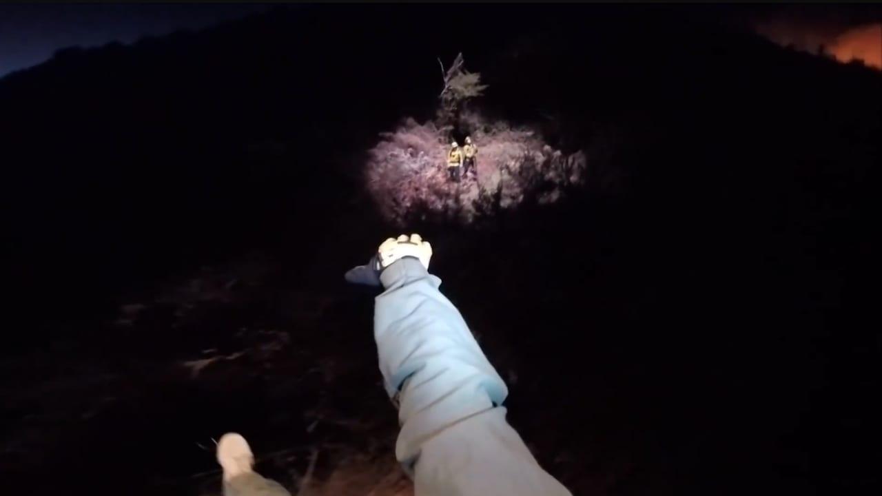شاهد لحظة إنقاذ رجلي إطفاء محاصرين وسط حرائق الغابات في كاليفورنيا