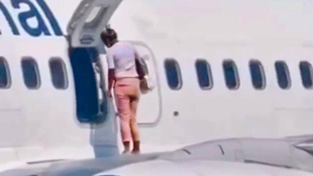 """لحظة صادمة.. راكبة قررت المشي على جناح طائرة لشعورها بـ""""الحر الشديد"""""""