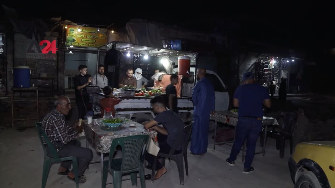 شاهد.. شاب سوري يحوّل سيارته إلى مطعم متنقل في الرقة