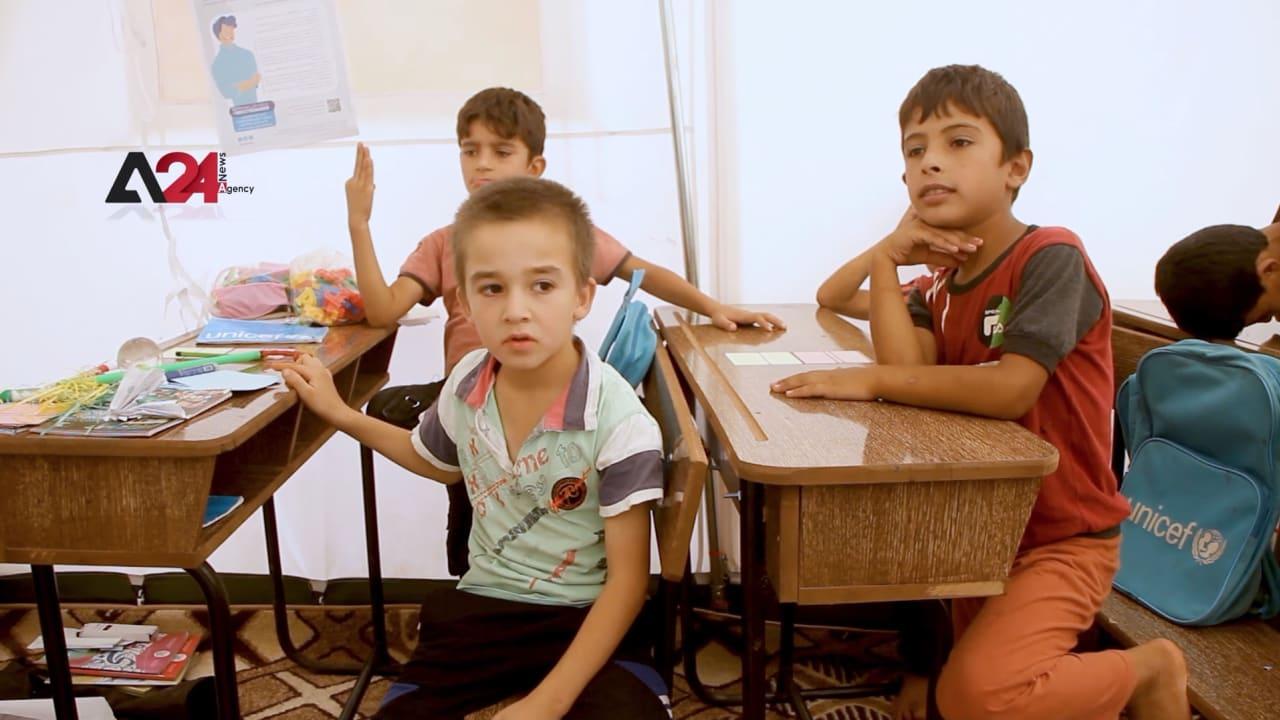 يتعلمون في خيم لا تقي حر الصيف ولا برد الشتاء.. شاهد حال بعض أطفال سوريا
