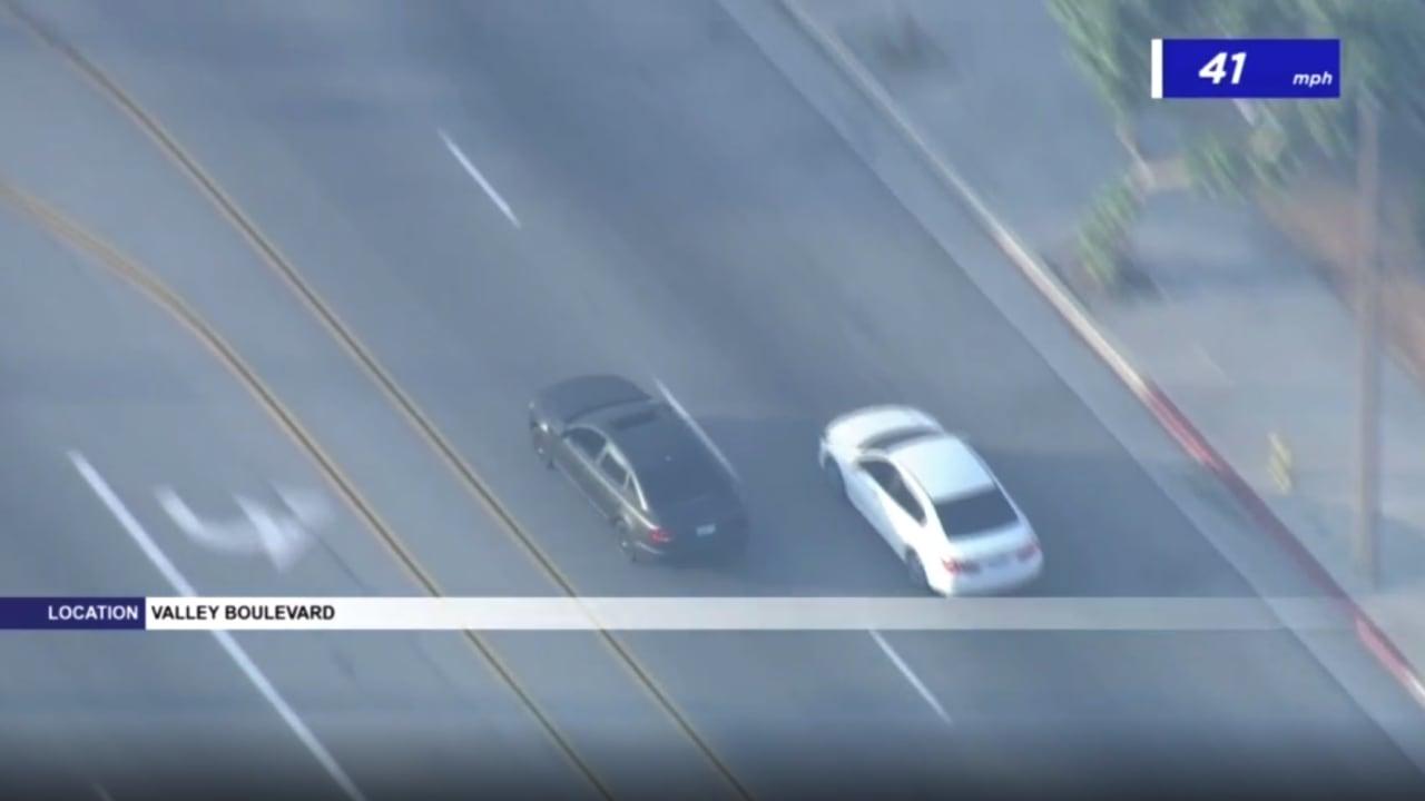 توقف للتزود بالوقود مرتين أثناء المطاردة.. شاهد كيف خدع هذا اللص الشرطة