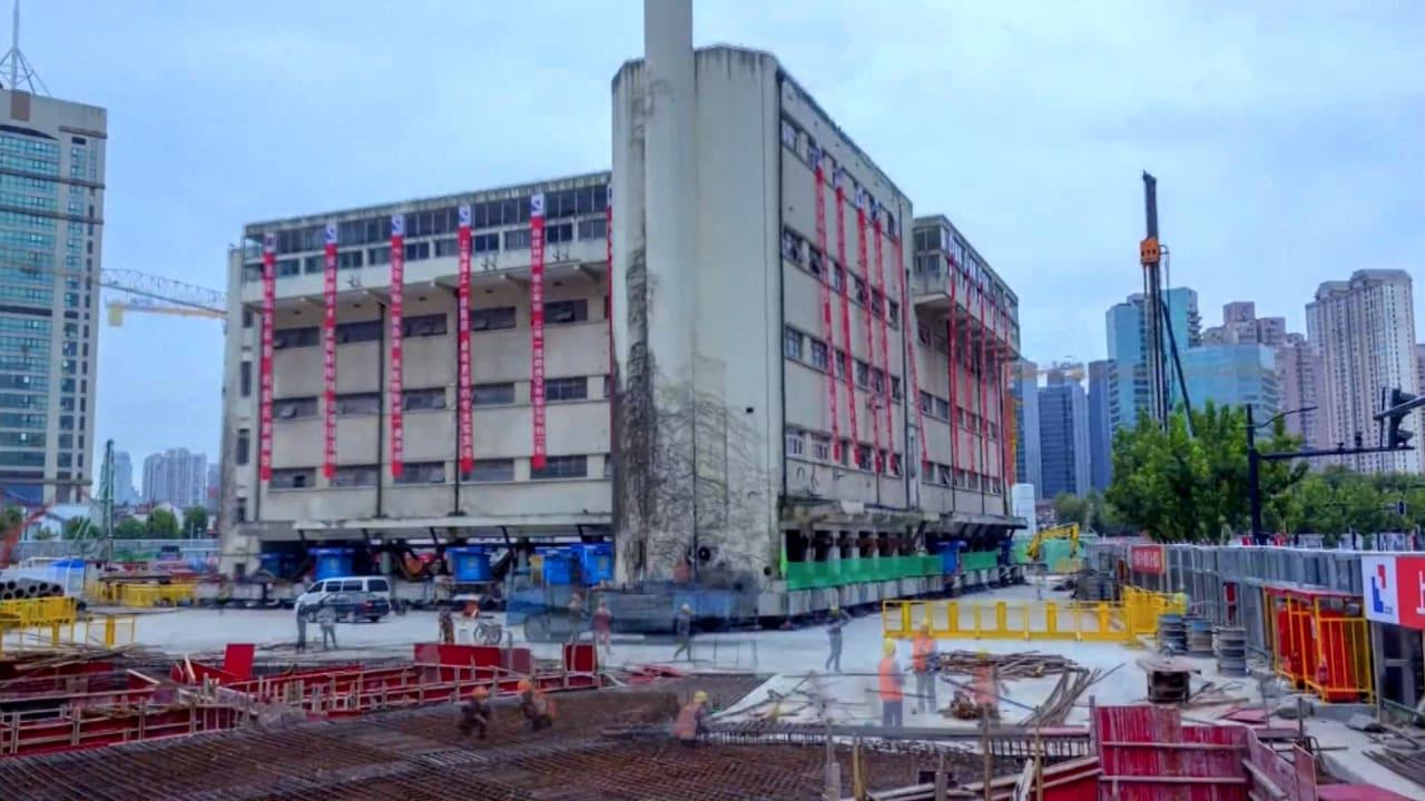 شاهد هذا المبنى يسير على الأقدام إلى موقع جديد