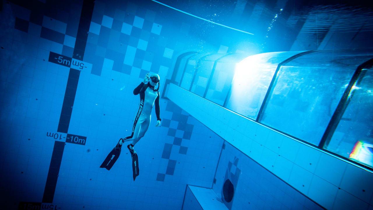 """تُشبه """"الثقب الأزرق"""".. ألقوا نظرة على إحدى أعمق برك السباحة في العالم"""