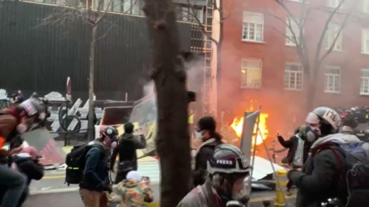 غضب في باريس.. اشتباكات وإضرام نار بالسيارات احتجاجا على قانون الأمن