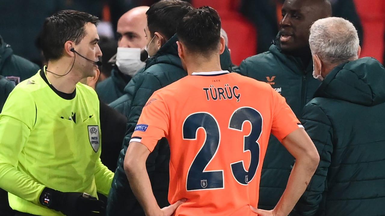 """بعد تعرضه لحادثة """"عنصرية"""".. تجميد البطاقة الحمراء لمساعد مدرب باشاك شهير التركي"""