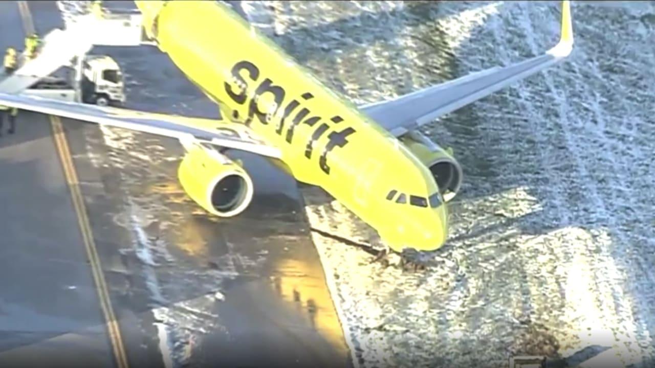 شاهد اللحظات الأولى بعد انزلاق طائرة ركاب على المدرج عند هبوطها