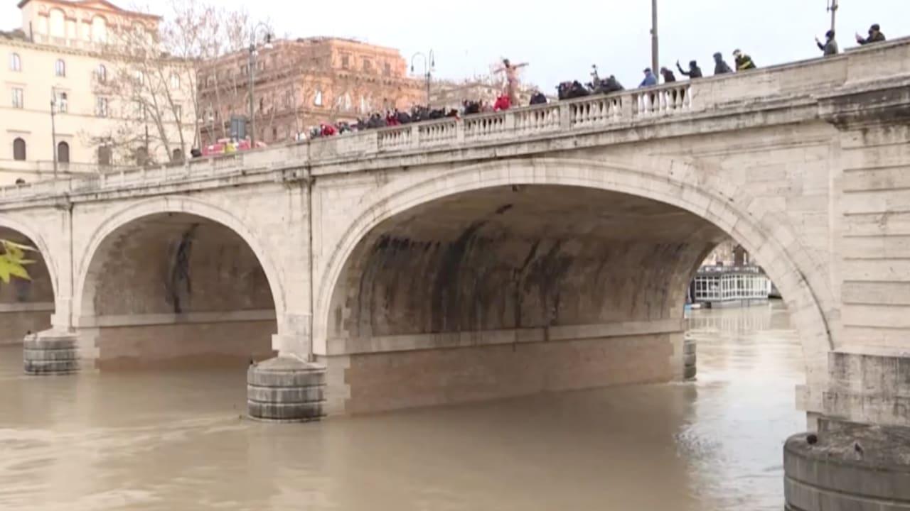 إيطاليون يقفزون من أعلى جسر في نهر التيبر احتفالا بالعام الجديد