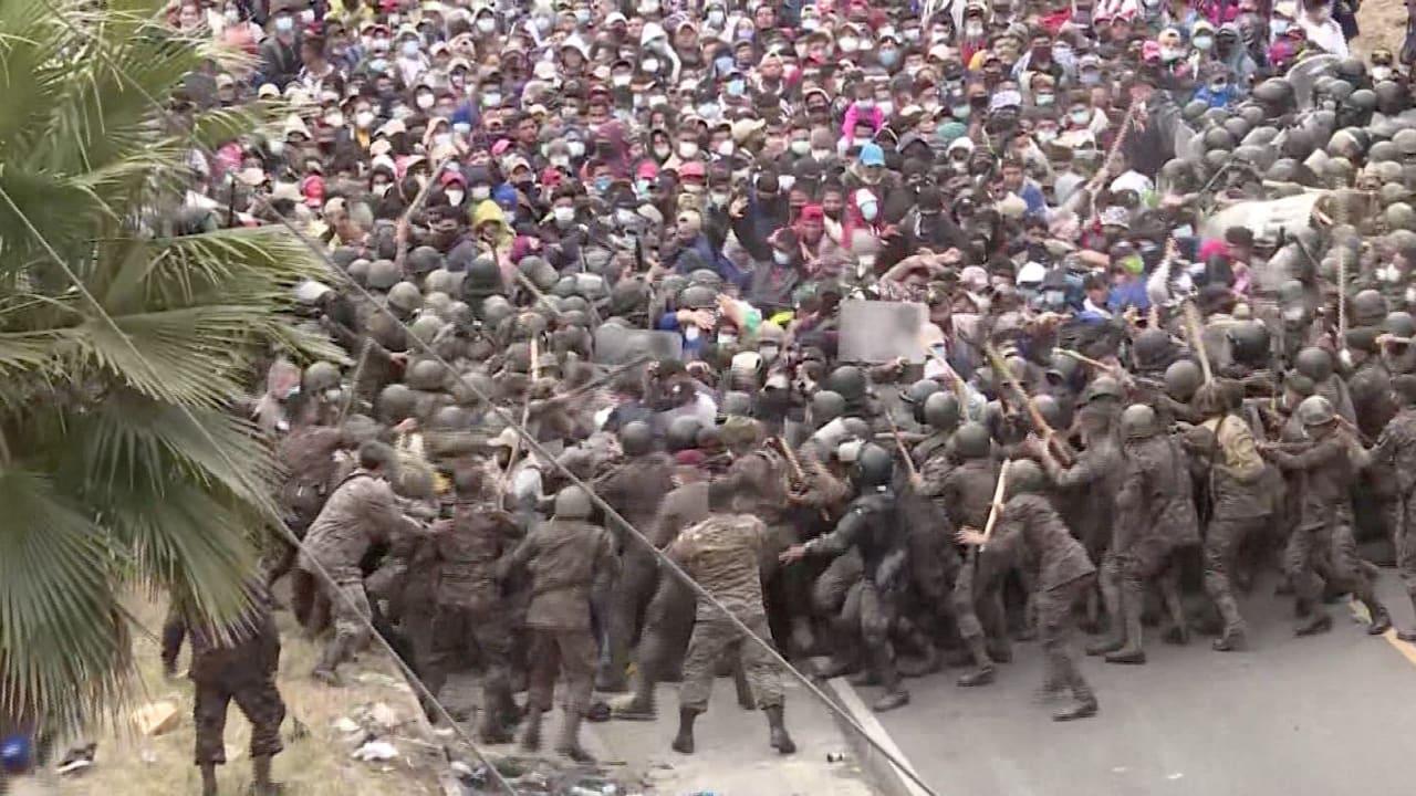 حشود من المهاجرين تحاول اختراق قوات الأمن.. والرد بالهراوات والغاز المسيل للدموع في غواتيمالا