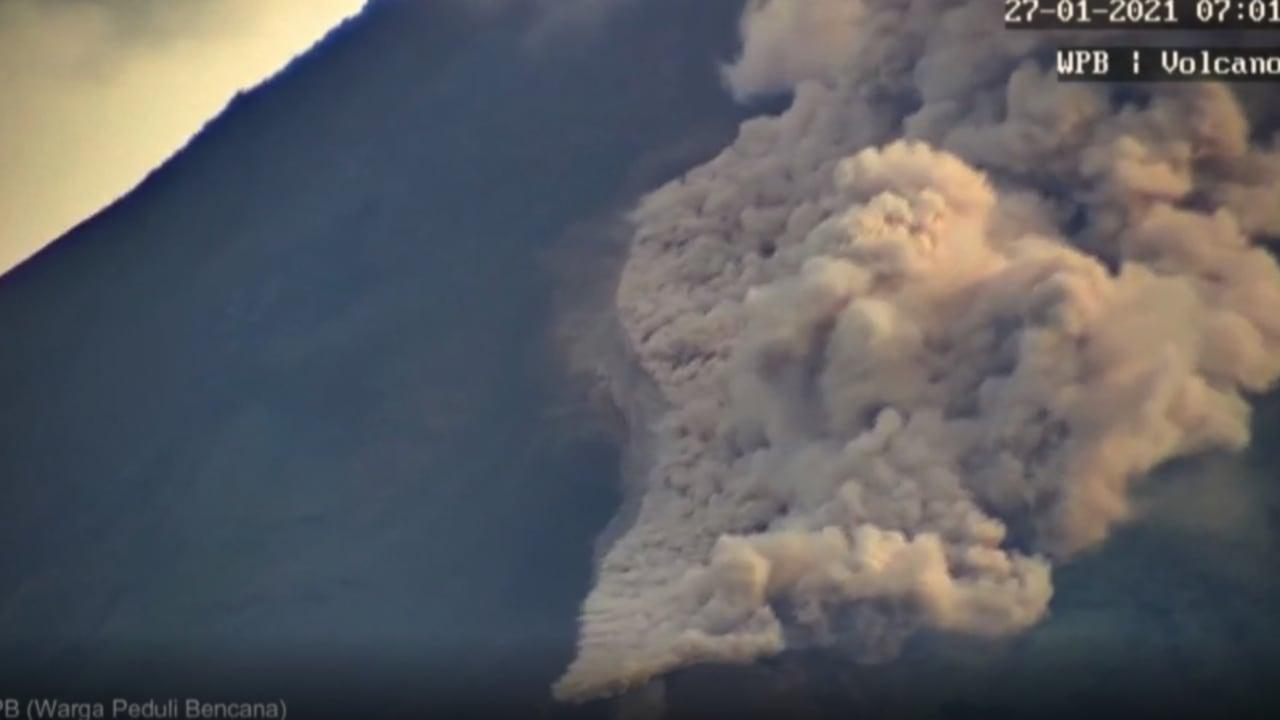 شاهد.. لحظات ثوران بركان ميرابي في إندونيسيا