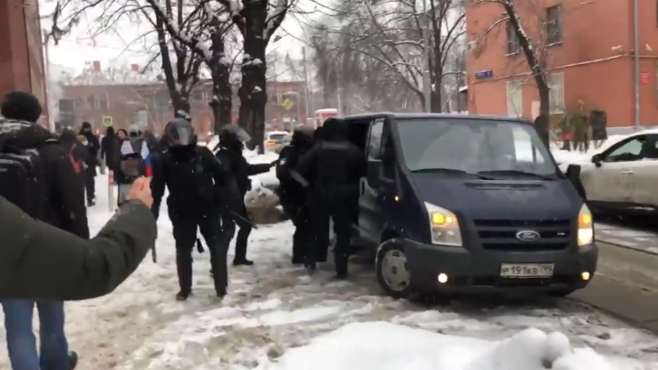 """شاهد لحظة اعتقال الأمن الروسي """"يوليا"""" زوجة نافالني في موسكو"""