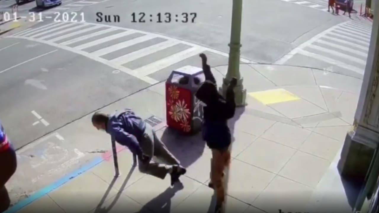 طرحه أرضاً فجأة.. كاميرا مراقبة ترصد لحظة مخيفة في حي صيني بأمريكا