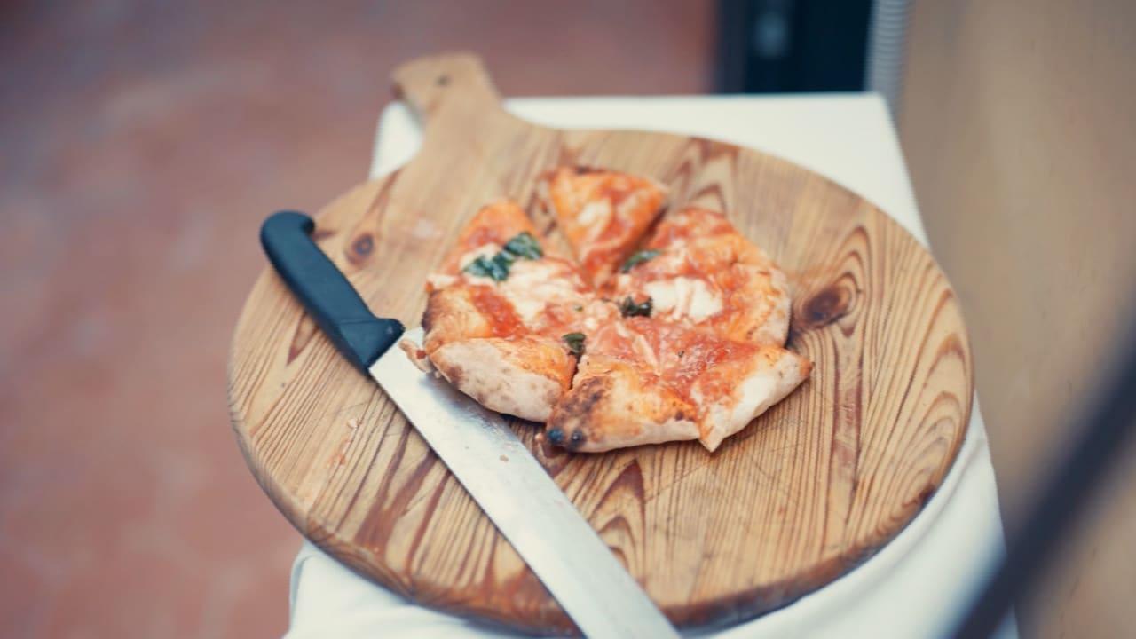 """مكافأة """"البحث عن إيطاليا"""": ستانلي توتشي يصنع بيتزا"""