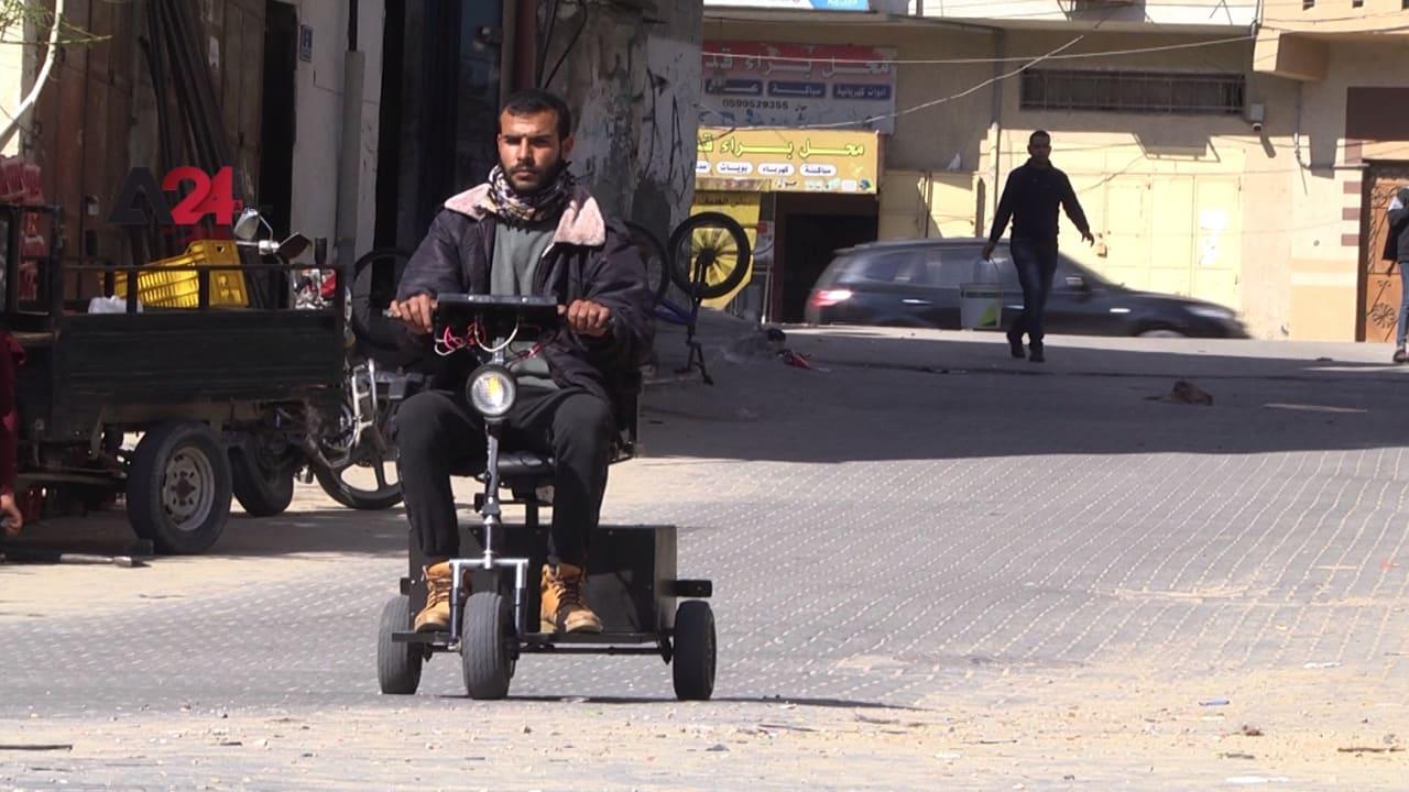 شاهد.. فلسطيني يحوّل الخردة الى سيارات كهربائية