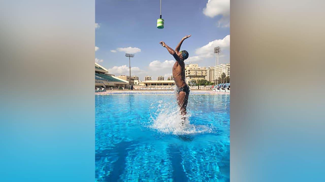 سباح مصري يحطم الرقم القياسي العالمي لأعلى قفزة خارج الماء