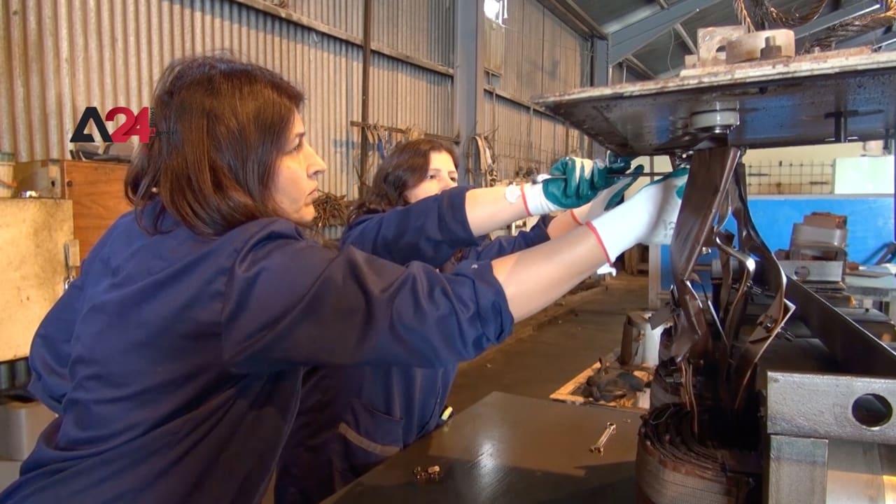 شاهد.. عراقيات يعملن في ورشة تصليح محولات كهربائية