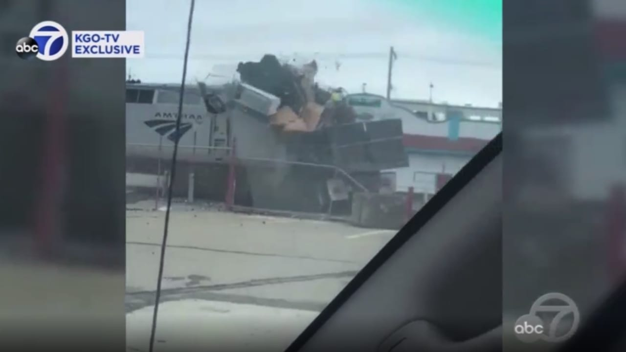 كاميرا ترصد لحظة الكارثة.. شاهد ما حدث لشاحنة علقت في طريق قطار مسرع