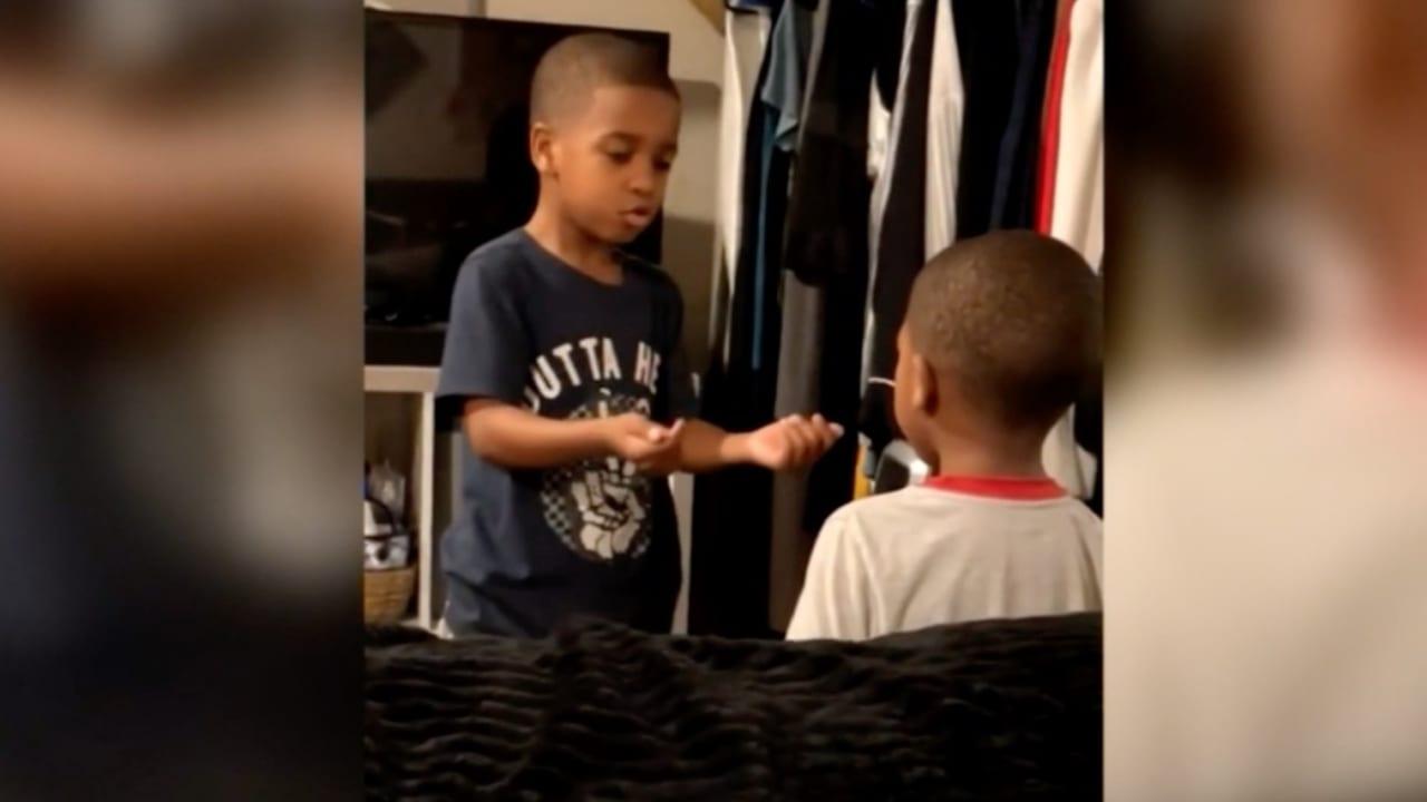 فيديو لطفل يحاول تهدئة أخيه الأصغر ينتشر بشكل كبير على الإنترنت
