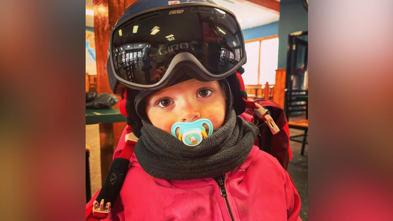 أب يلتقط محادثات حماسية رائعة لطفلته ذات الـ3 أعوام وهي تتزلج على الجليد