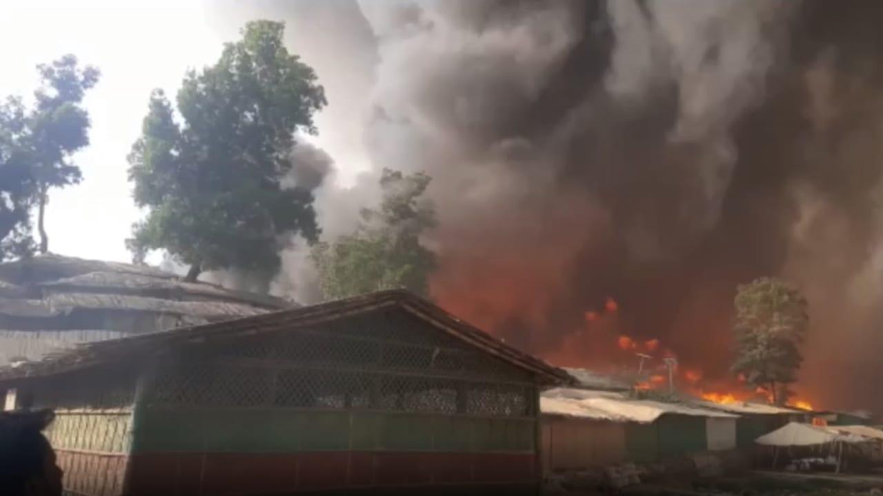 شاهد لحظة اندلاع حريق هائل في مخيم للروهينغا في بنغلاديش