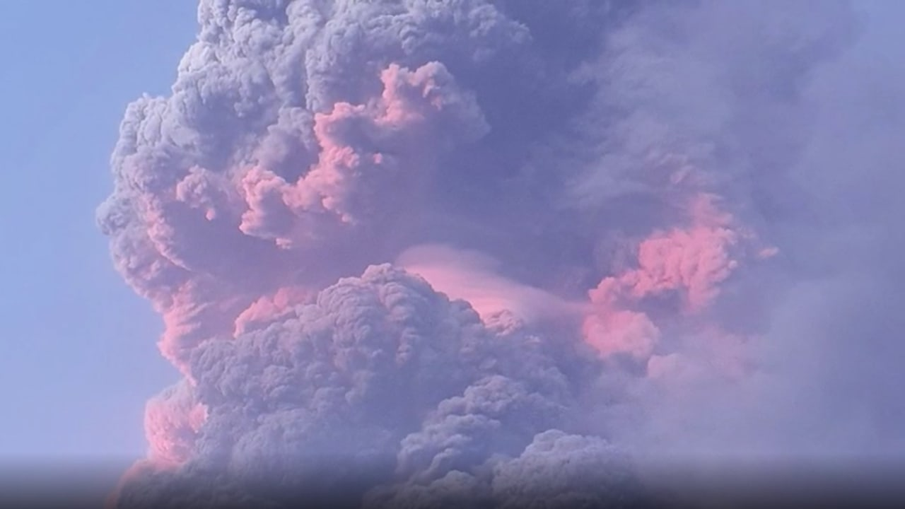 شاهد.. رماد كثيف يغطي جزيرة سانت فنسنت بعد ثوران بركان