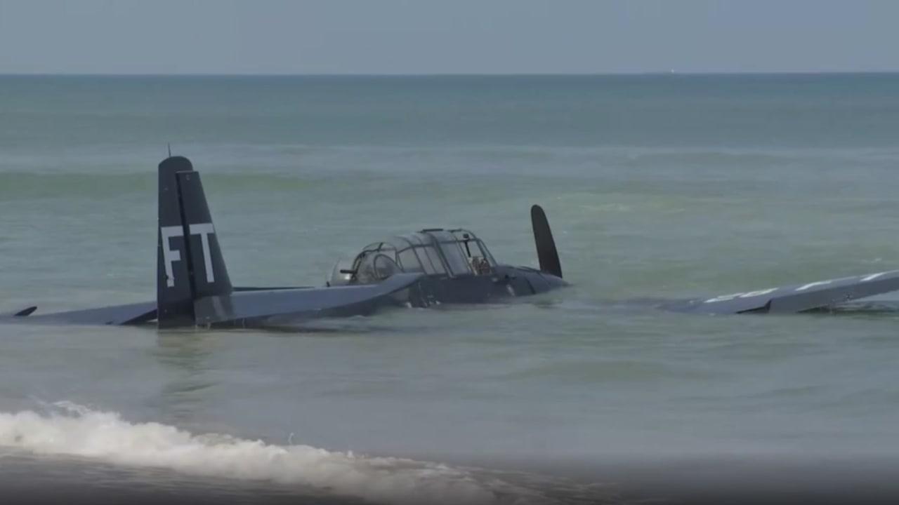 شاهد.. طائرة من الحرب العالمية الثانية تسقط في البحر خلال عرض جوي في فلوريدا