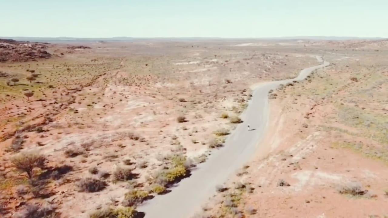 مغامر أسترالي يقطع مسافة 4 آلاف كيلومتر على أصغر وسيلة نقل