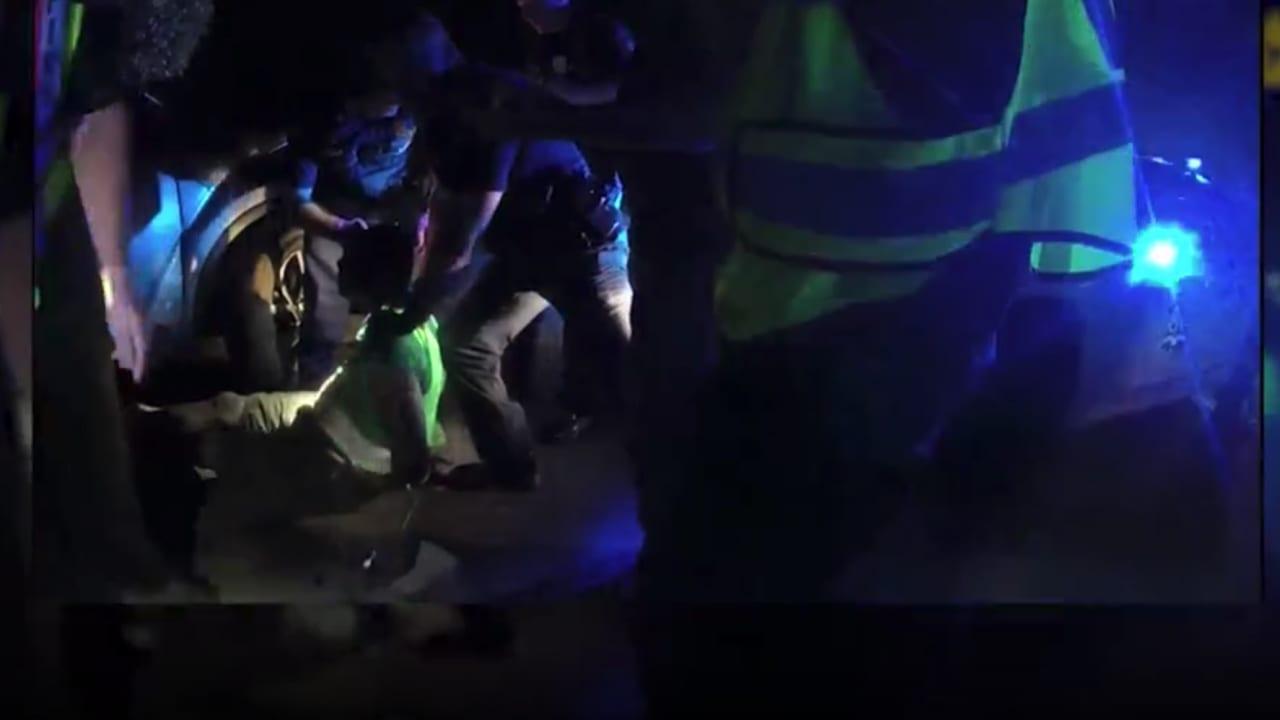 لفظ أنفاسه الأخيرة على وقع ضحكاتهم.. فيديو يظهر لحظة مقتل شاب أمريكي أثناء اعتقاله