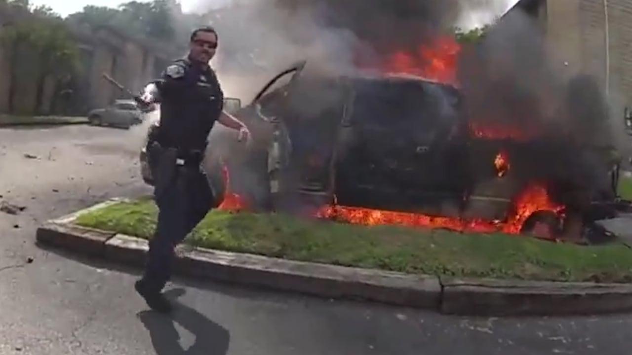 شاهد.. لحظة إنقاذ ضابطي شرطة رجلًا من شاحنة تحترق في أمريكا