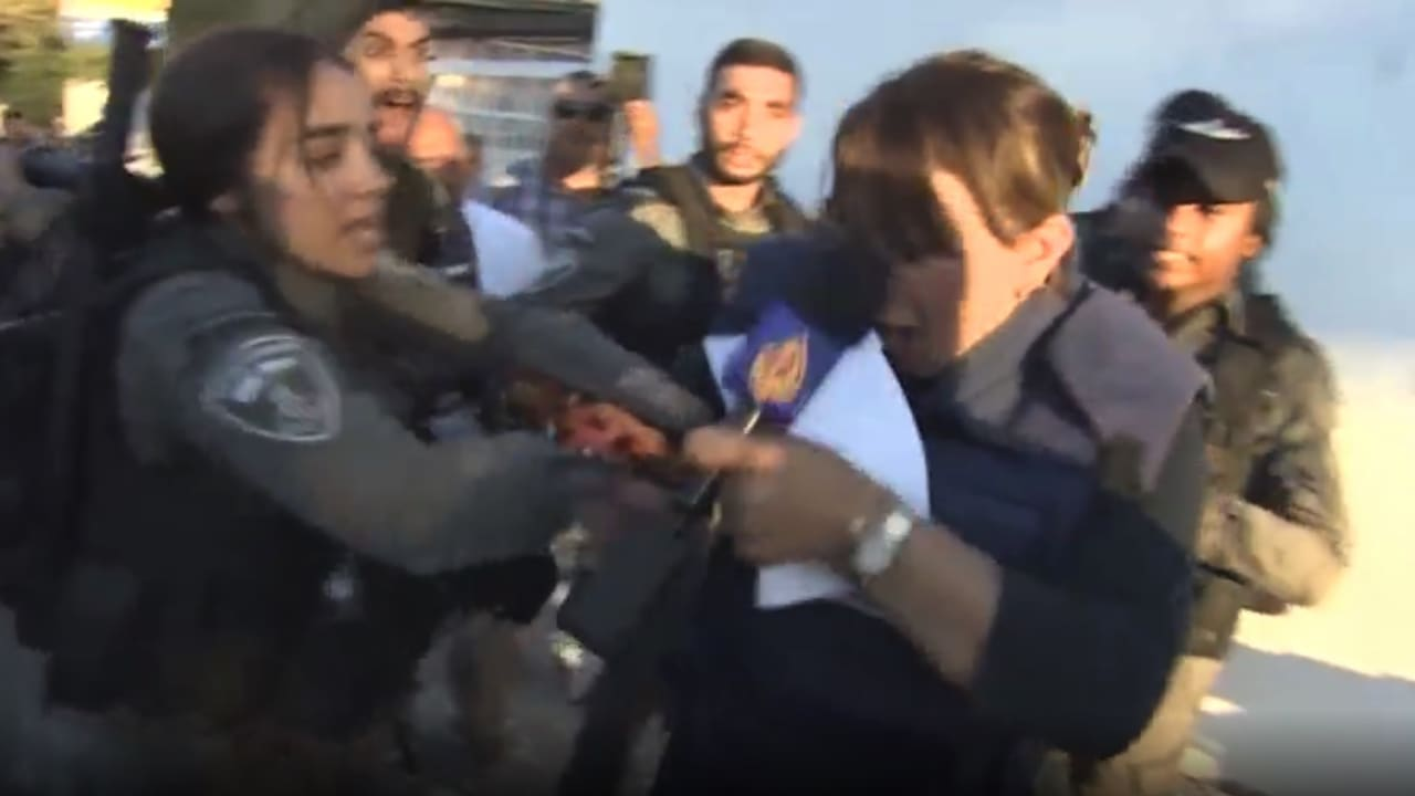 """""""لا تلمسوني"""".. مراسلة قناة الجزيرة جيفارا البديري تصرخ لحظة اعتقالها في القدس"""