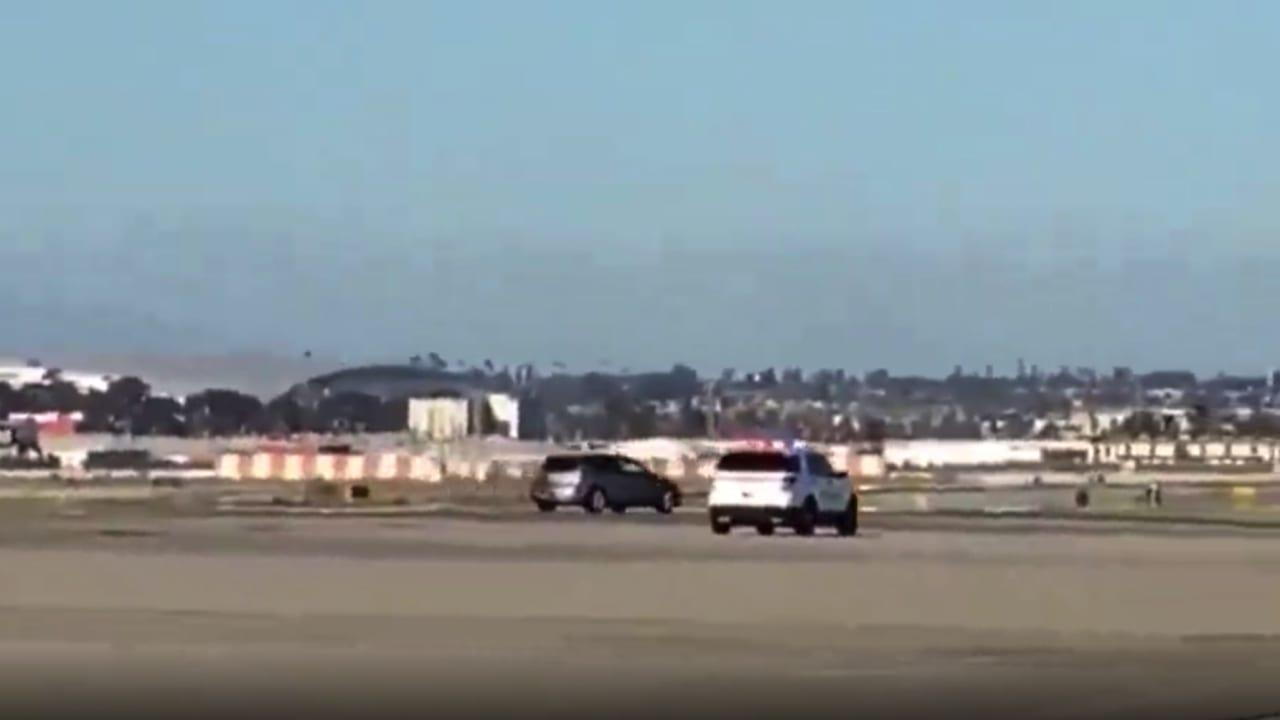 شاهد.. مطاردة خطيرة حول طائرات عملاقة تتحرك على مدرج مطار لوس أنجلوس الدولي