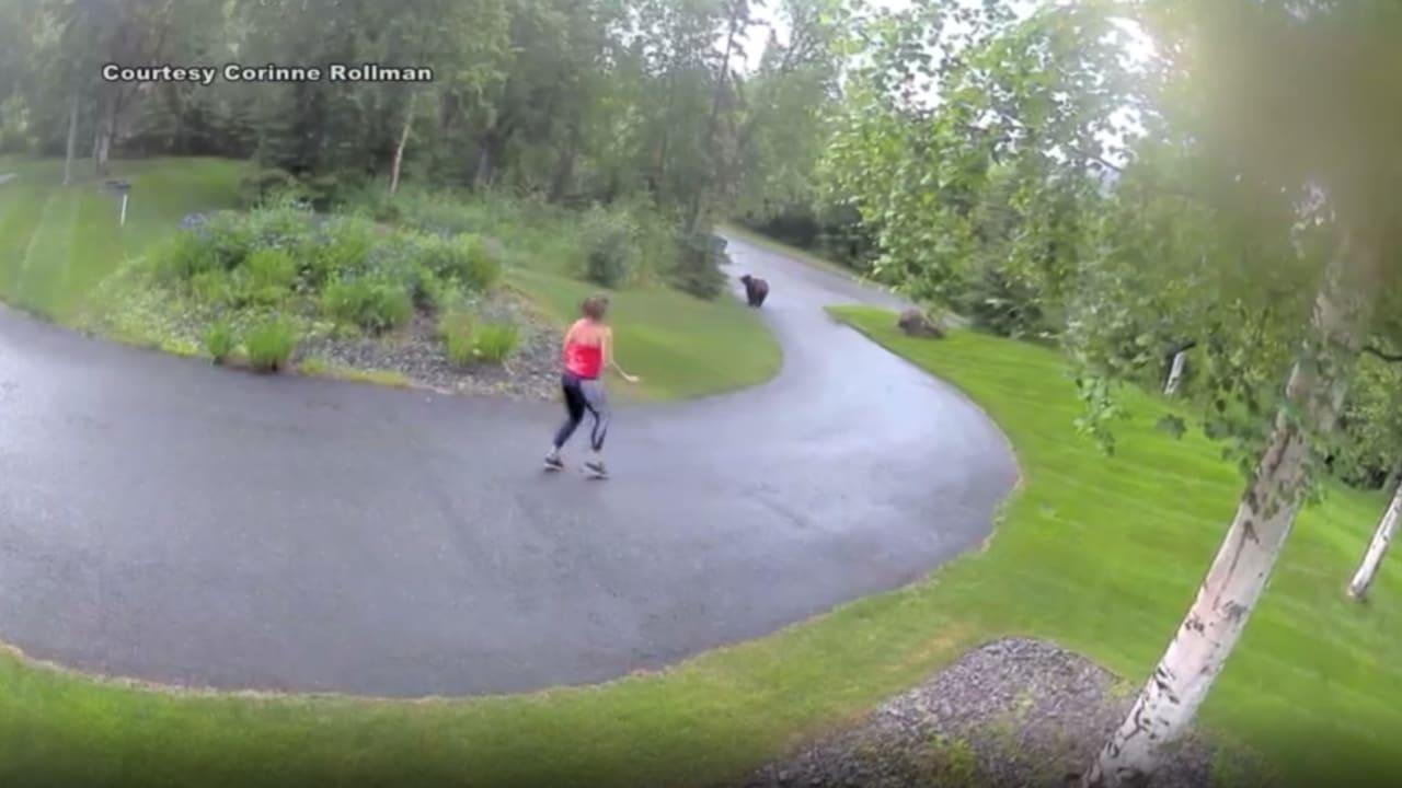 مطاردة مرعبة رصدتها كاميرا مراقبة.. دب ضخم يلاحق امرأة أمام منزلها