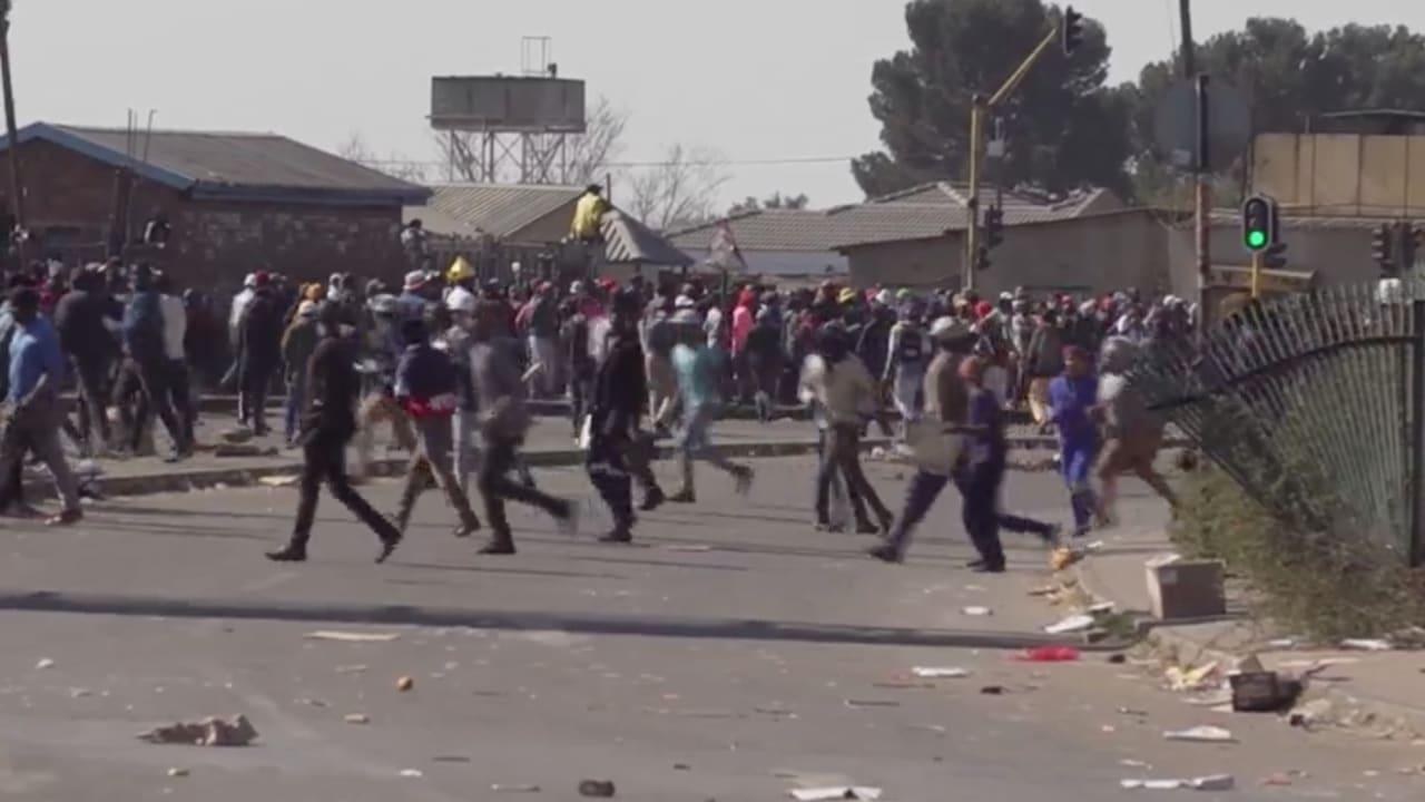 تحول الاحتجاجات إلى أعمال نهب في جوهانسبرغ.. ورجال الأمن يحاولون التصدي