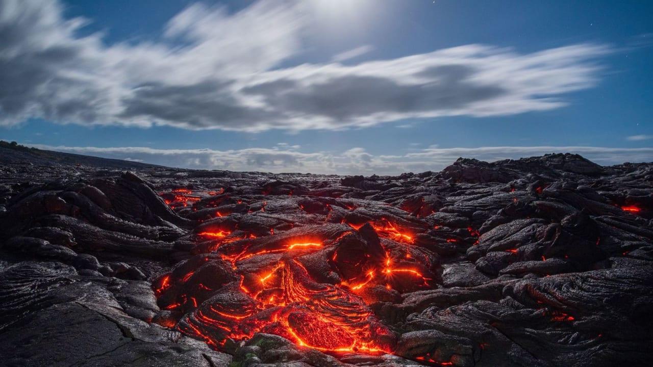 مشهد مهيب..عماني يوثق الحمم البركانية على أكبر جزر هاواي