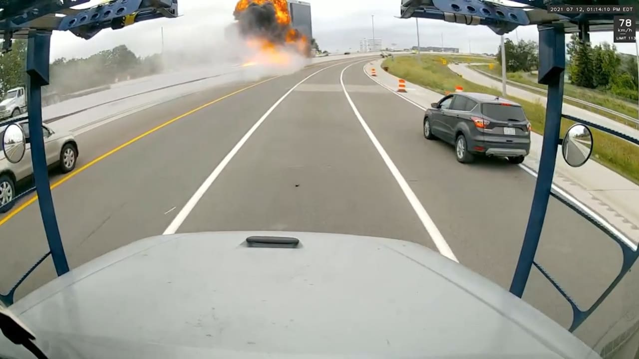 شاهد.. صهريج وقود ينفجر بعد اصطدامه بالحاجز المنصف لطريق سريع