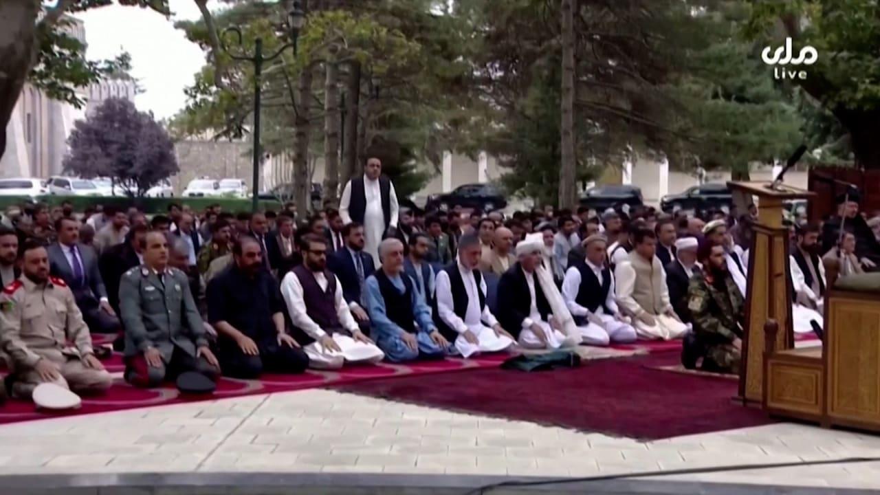 شاهد الرئيس الأفغاني يواصل صلاة عيد الأضحى مع سقوط الصواريخ في مكان قريب