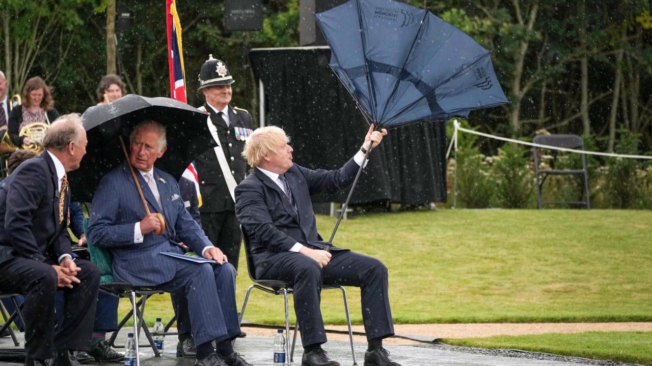 جونسون يتعرض لموقف مضحك.. خذلته مظلته تحت المطر الغزير